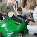 Une voiture électrique pour les enfants de l'hôpital